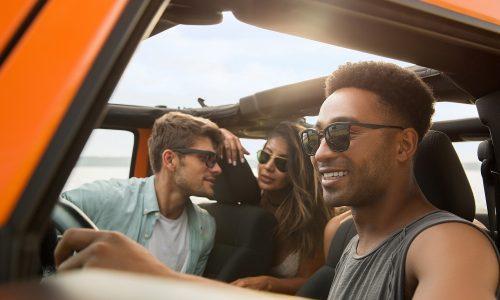 Groupe d'amis en voiture